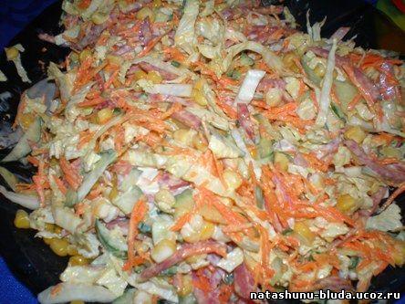 Салат с пекинской капусты и колбасой и сухариками рецепт
